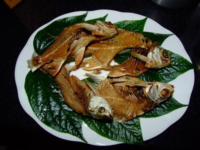 โครงปลาตะเพียนทอด จัดจานรอน้ำยำ