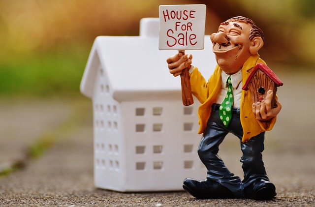 real-estate-agents-1180176_640