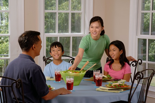 family-eating-at-the-table-619142_640